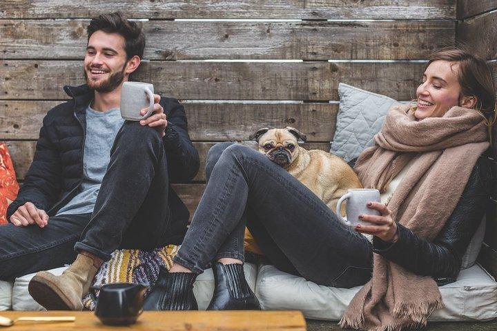 lachende man en vrouw