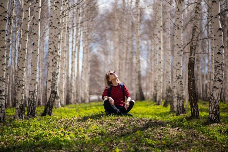 vrouw verwonderen bos