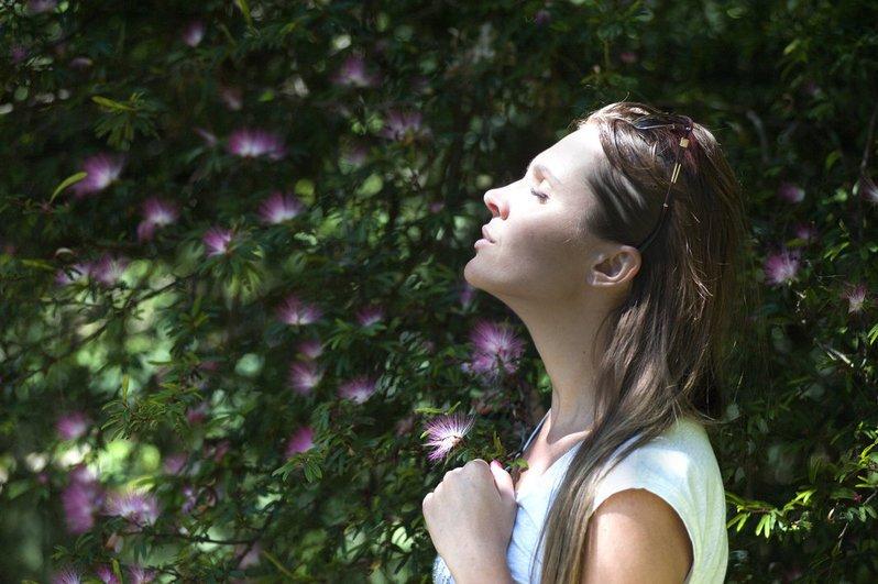 vrouw bloemen relaxt