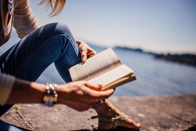 vrouw leest boek