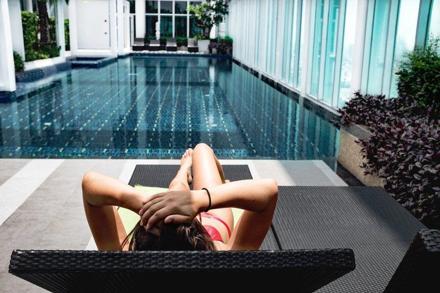 vrouw relaxt zewembad