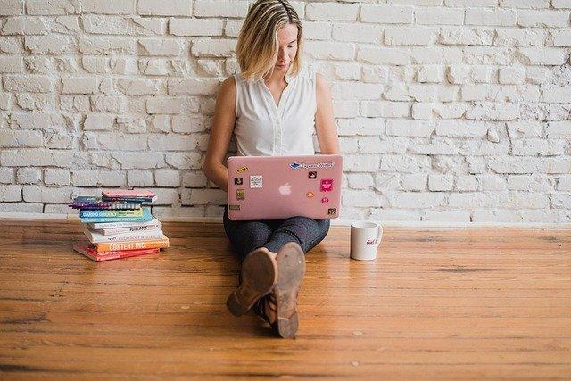 affiliate worden vrouw roze laptop