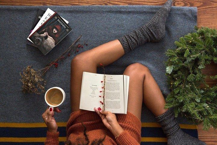 vrouw genieten boek en koffie